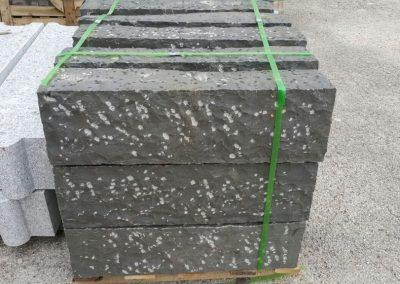 Cordoli in basalto a spacco a puntillo