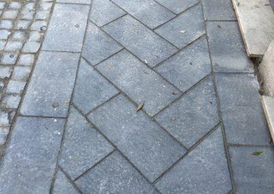 Pavimento con lastre in basalto fiammato