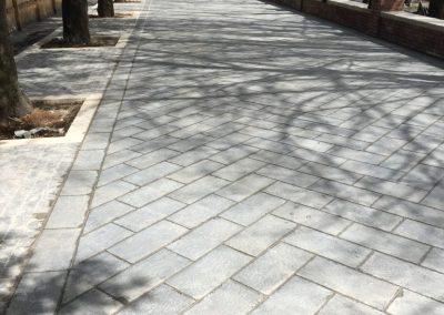 Pavimento con lastre in basalto fiammato1