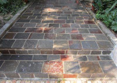 Pavimento con piastrelle in porfido colore misto
