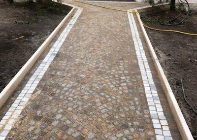 Pavimento di cubetti in porfido e in marmo di carrara Chiostro Monastero Roma