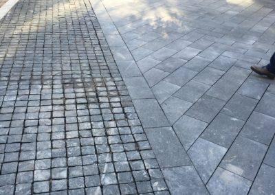 Pavimento in cubetti a spacco e lastre in basalto