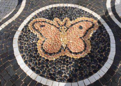 Pavimento in cubetti basalto con decorazione in ciottoli colorati