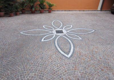 Pavimento in cubetti di porfido con decorazione 1