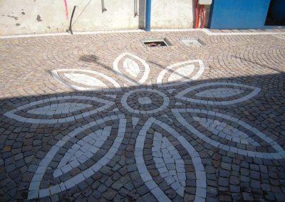 Pavimento in cubetti di porfido con decorazione