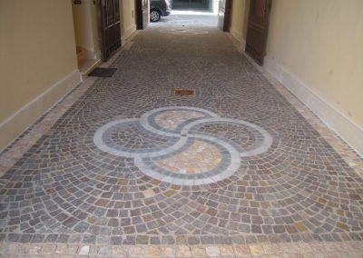 Pavimento in cubetti in porfido con decorazione